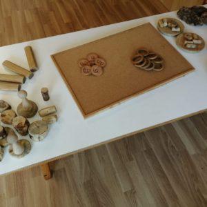 Proposta amb suro i fustes variades, diferents mides i formes com tronquets….